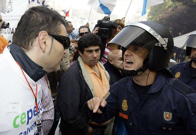 Španělský rybář a policista se pustili do hádky před ministerstvem rybářství v Madridu.