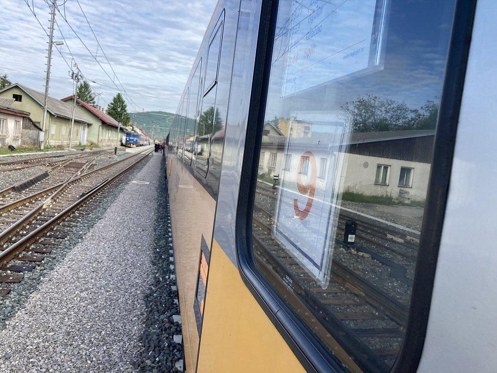 Celá souprava RegioJetu  k Jaderskému moři dojela na nádraží Ogulin. Odsud jedna její část zamíří do Rijeky, další vagóny pojedou do Splitu.