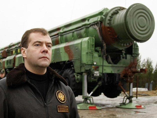 Ruský prezident Dmitrij Medveděv u mobilní rakety Topol. Ta na rozdíl od rakety Bulava problémy nemá.