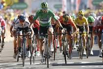Slovenský cyklista Peter Sagan (uprostřed v zeleném dresu) vyhrál ve spurtu 5. etapu a na Tour de France slaví již 12. vavřín v kariéře.