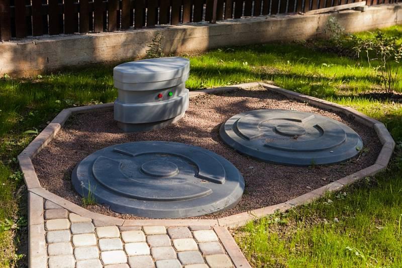 Septik je vlastně vylepšenou formou jímky. Nepropustná nádrž rozdělená na komory se díky své konstrukci postará opřečištění odpadní vody.