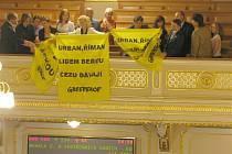 """Demonstranti ve sněmovně vyvěsili transparent s nápisem """"Poslanci lidem berou, ČEZu dávají""""."""