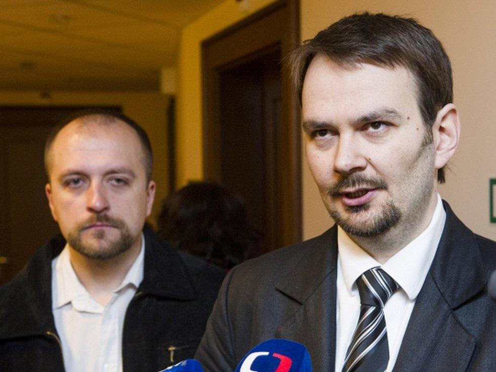 Hradecký krajský soud nerozhodl o návrhu Vlastimila Pechance na obnovu řízení v případu rasově motivované vraždy Roma na diskotéce ve Svitavách v roce 2001. Jednání odročil na neurčito a rozhodl o vypracování znaleckého posudku stop na vražedném noži.