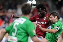 Sparťan Bony Wilfried (v červeném) bojuje o míč s Petrem Pavlíkem z Jabloncem.