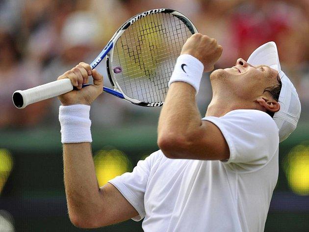 Tomáš Berdych se raduje z postupu do osmifinále Wimbledonu.
