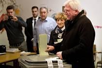 Volker Bouffier ve volební místnosti