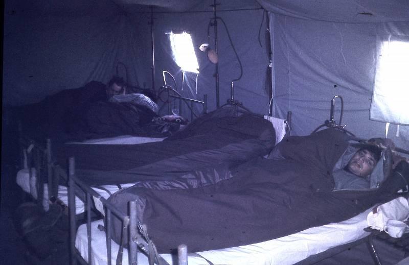 Poušť umí být v noci mrazivá, vojáci využívali vojenské spacáky s oteplovací vložkou a stejně spali oblečení