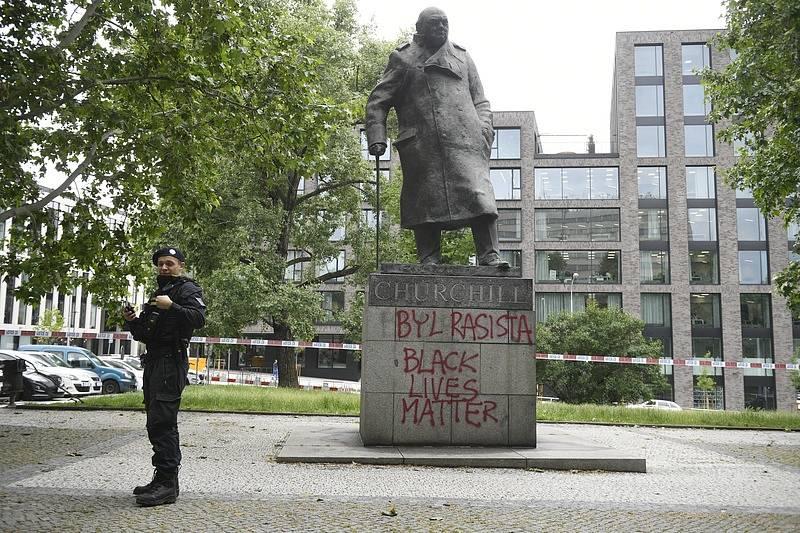 Sochu Winstona Churchilla poničili vandalové