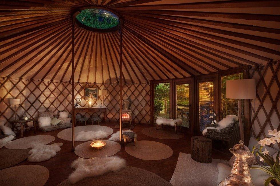 Neopakovatelná večerní atmosféra meditační jurty v zahradě 6 smyslů