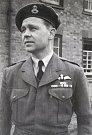 Zpátky ve Velké Británii u RAF. Velitelem školní letky na základně RAF Finningley v roce 1953.