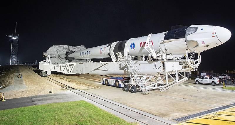 Raketa Falcon 1 při cestě na rampu, odkud vynesla do vesmíru kosmickou loď Crew Dragon při misi Crew-1.