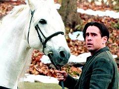 ZIMNÍ PŘÍBĚH. Colin Farrell v roli Petera Lakea, jemuž takřka mystický vztah k umírající dívce poznamená celý život.