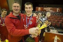 Rodina házenkářů z Islandu. Adam Haukar Baumruk s otcem Janem a pohárem pro vítěze islandské ligy z roku 2017