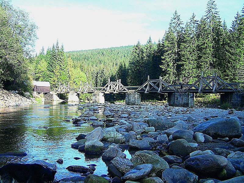 Řeka Vydra protéká hlubokým lesnatým údolím Šumavy. Na sjíždění je velmi náročná, vodáky na ní čeká velký spád ibalvany. Neoblíbenější úsek Vydry začíná vModravě akončí uusedlosti Antýgl.