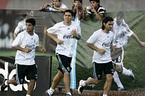 Argentinské fotbalové hvězdy, zleva Hugo Ibarra, Juan Roman Riquelme a Roberto Ayala.