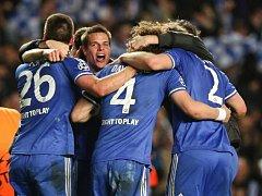 Fotbalisté Chelsea se radují z postupu do semifinále Ligy mistrů.