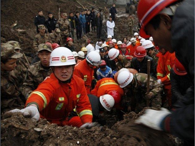 Při sesuvu půdy v Číně zahynuly desítky lidí.