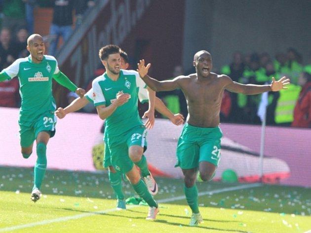 Fotbalisté Brém se radují z gólu proti Frankfurtu.
