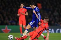 Cesc Fábregas z Chelsea (v modrém) se snaží prosadit proti Paris St. Germain.