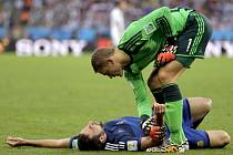Brankář Německa Manuel Neuer (vpravo) a Gonzalo Higuaín z Argentiny.