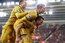 Fotbalisté Tottenhamu se radují z gólu proti Southamptonu.