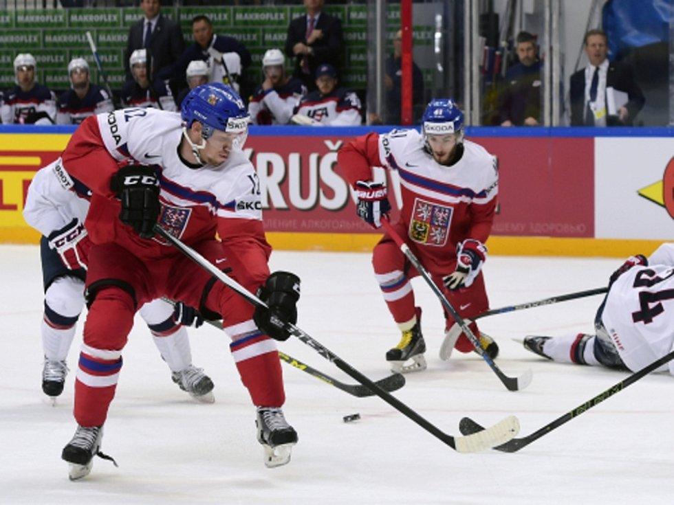 Radek Faksa (vlevo) a Tomáš Filippi (vzadu) proti USA.