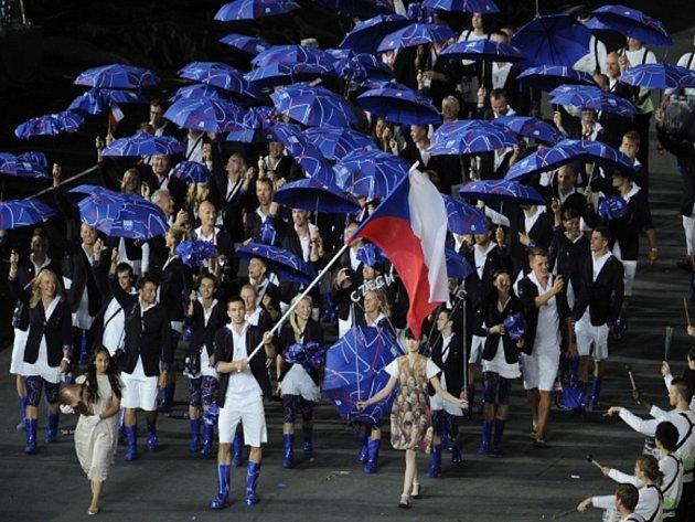 Badmintonista Petr Koukal jako vlajkonoš v čele české výpravy na zahájení olympijských her v Londýně.