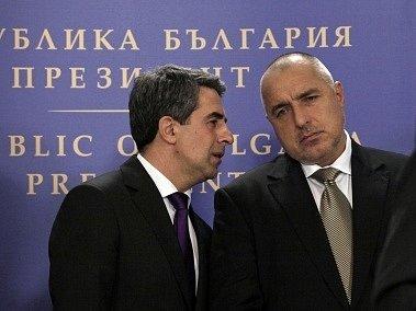 Bulharský prezident Plevneliev (vlevo) s odstupujícím premiérem Borisovem