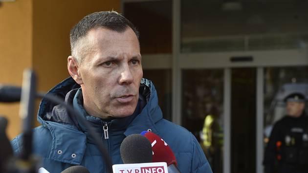 Ředitel moravskoslezské policie Tomáš Kužel hovoří s novináři před budovou Fakultní nemocnice Ostrava