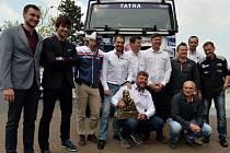 Prezentace Rallye Dakar 2017 se konala 3. května v Praze. Na snímku jsou jezdci David Vršecký (čtvrtý zleva nahoře), Martin Prokop (čtvrtý zprava nahoře), Martin Kolomý (první zleva dole) a ředitel soutěže Marc Coma (pátý zleva nahoře).