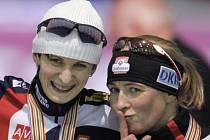 Mistryně světa na pět kilometrů Martina Sáblíková (vlevo) a Claudia Pechsteinová.
