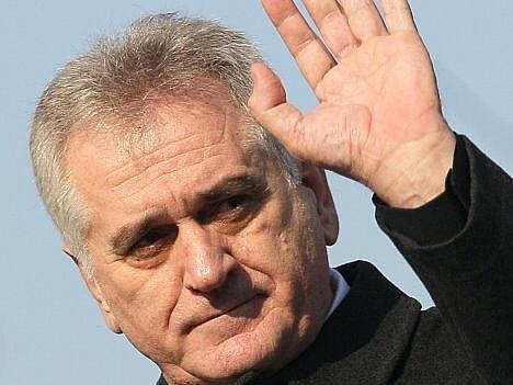 Vůdce srbské opozice Tomislav Nikolić, který osm dní nepřijímal potravu na protest proti vládní politice, v neděli hladovku ukončil.