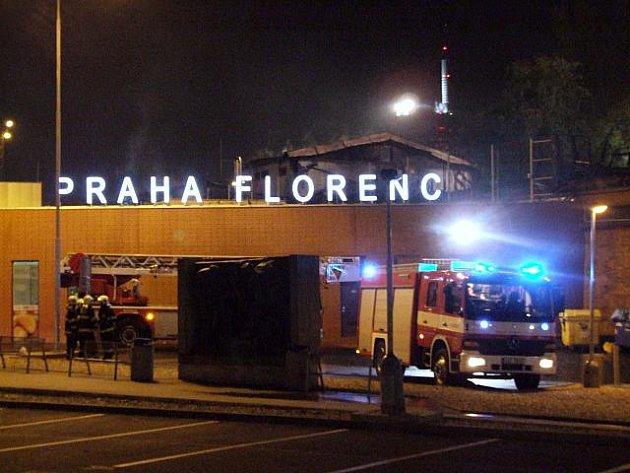 ¨Devět lidských životů si vyžádal noční požár opuštěného objektu někdejší technické haly v pražském Karlíně v sousedství autobusového nádraží Florenc, který však dříve patřil k železnici. Podle všeho se oběťmi stali bezdomovci, kteří zde přespávali.