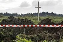 Fotografie z naleziště pohřebiště poblíž Dobronína na Jihlavsku. Přes noc ze 17. na 18. srpna někdo umístil v blízkosti pohřebiště dřevěný kříž.