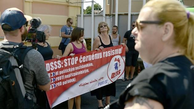 Příznivci Dělnické strany sociální spravedlnosti (DSSS) se zúčastnili 18. srpna 2018 shromáždění DSSS před městským úřadem v Dubí na Teplicku. Krajně pravicová strana svolala dnešní protest kvůli nedávné potyčce na koupališti v Dubí.