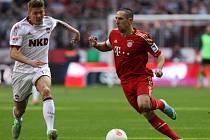 Frank Ribéry z Bayernu (vpravo) dribluje před norimberským Frantzem.