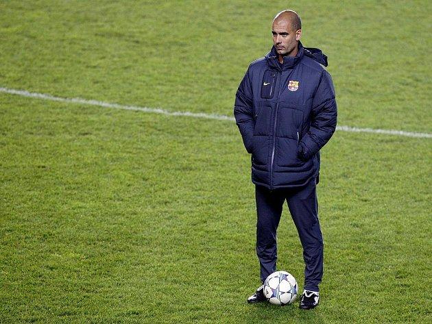 Kouč Barcelony Pep Guardiola na tréninku.
