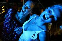 Převčerejší Beach party se mimořádně vydařila! Na snímku Tereza Fajksová (vlevo) a Kristýna Rabštejnková.