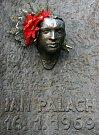 Posmrtná maska na fasádě budovy Filozofické fakulty UK v Praze na Náměstí Jana Palacha