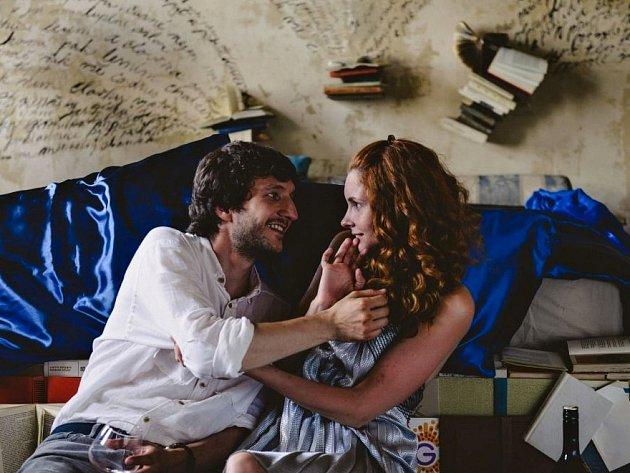 Romantická komedie Miluji tě modře.