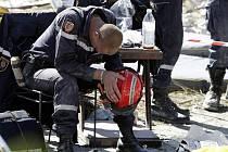Vyčerpaný francouzský záchranář odpočívá během pátrání po obětech úterního ničivého zemětřesení.