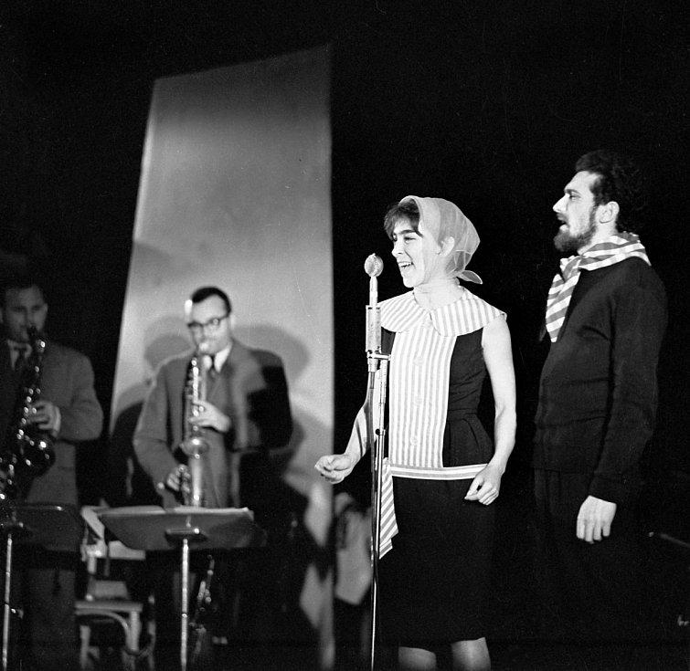 Hana Hegerová a Waldemar Matuška ve hře Zuzana je zase sama doma v roce 1961