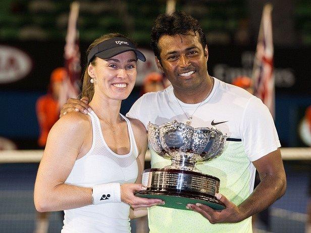 Martina Hingisová a Leander Paes s trofejí