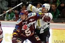 Obránce Marek Černošek v dresu Sparty (vlevo) v duelu s Karlovými Vary.