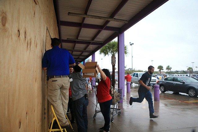 Obchodníci v Galvestonu zabedňují vstupupy před hurikánem.