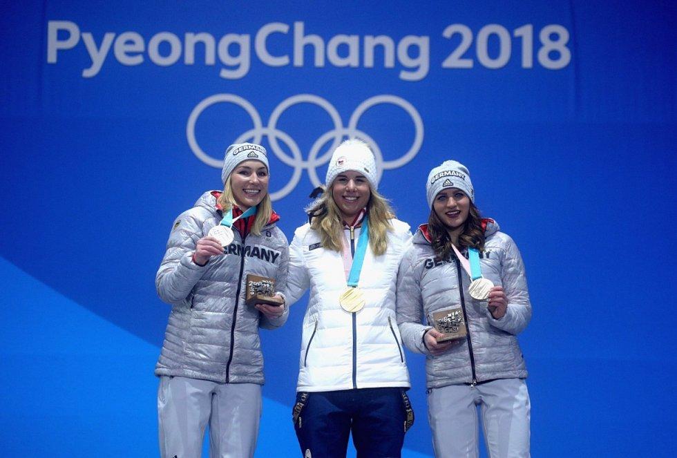 Ester Ledecká (uprostřed) se zlatou medailí z paralelního obřího slalomu ve snowboardu.