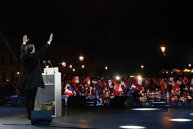 Emmanuel Macron před svými příznivci