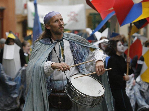 Stylizovaným průvodem a hapeningem byl dnes záhajen pětidenní divadelní festival Miraculum v Českém Krumlově