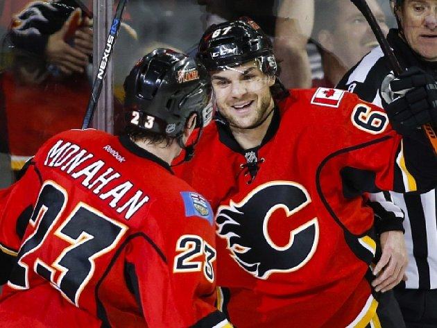 Michael Frolík z Calgary (vpravo) slaví se Seanem Monahanem svůj hattrick proti St. Louis.