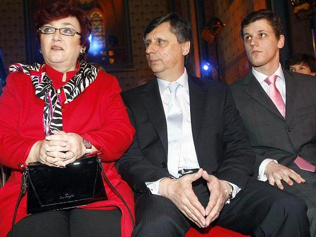 Premiér Fisher s manželkou Danou a synem Janem.